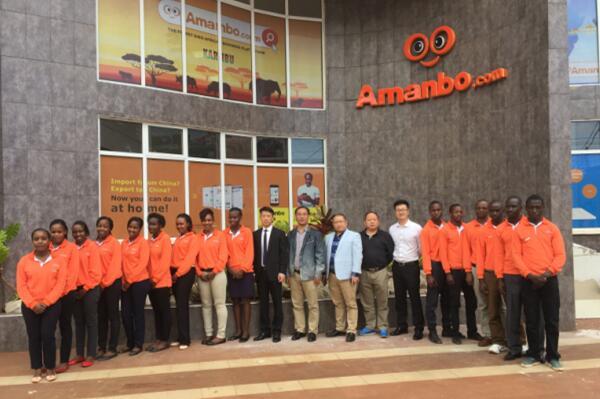 """这些在非洲的互联网创业者,面临的是和中国国内迥然不同的创业生态,乃至社会环境          中非跨境电商平台 Amanbo 肯尼亚运营中心团队    在非洲,互联网的快速发展正在给中国商人带来新的机遇。    用了6年多的时间,廖旭辉终于把电子商务平台""""聚焦非洲""""的注册用户拓展到近5万,业务范围覆盖非洲20多个国家。    同样是做电子商务平台,杨涛选择从东非第一大国肯尼亚起步,仅用不到3年的时间,他所打造的电子商务平台Kilimall的日订单量已近1万单,眼下他正筹划着向西非推进业务。    在非洲靠卖手机起家的刘文带领团队研发的一款手机应用在一些非洲国家已经小有名气,甚至当地的歌星也想与他的APP合作。    这些在非洲的互联网创业者,面临的是和中国迥然不同的创业生态,乃至社会环境。    连网络都没有,做什么电商?    在互联网创业之前,廖旭辉在多哥、尼日利亚、贝宁从事传统外贸已有多年。2008年的全球金融危机,给中非传统贸易带来巨大冲击。于是,廖旭辉决定转型,进入非洲刚刚兴起的互联网行业。    次年,他开始着手调研。""""我调研的30多个非洲国家的网络发展差异明显,但整体都比较落后。最初,我发邮件给非洲的团队,他们基本上都是两三个小时才能收到,一些国家的网络速度大概只有每秒钟5KB。""""廖旭辉对《瞭望东方周刊》回忆道。    根据2010年国际电信联盟发布的报告,当年的非洲互联网用户占其总人口比例不足一成,远低于当时全球30%的平均水平。非洲国家上网条件落后,仍严重依赖拨号或卫星等慢速、高价的连接方式,但正处于向宽带转变的过程中。    """"在2013年以前,我都不好意思在国内说自己是做中非电商的,因为大多数人会认为我脑袋进水了,非洲连网络都没有,做什么电商?""""廖旭辉说。    然而,从事中非贸易多年的他深知其中的机会——很多进口商每年都要耗费大量的时间和资金往返于中国与非洲之间,但仍存在货不对路的问题。他希望打造一个B2B电商平台为中非企业解决这个问题。    而就在其后的几年间,廖旭辉所在的非洲西部正在迅速变化。据尼日利亚通信委员会统计,截至2014年底,西非第一大国尼日利亚的网民数量已达6000万。也正是在这年,廖旭辉团队设计的第6个版本的电商网站""""聚焦非洲""""正式上线。    在非洲,快不起来    网站上线后,廖旭辉招聘了大量非洲员工找当地商家做推广,但进展颇为缓慢,因为很多非洲商人并不相信电商平台上的商品是真实的。    为了解决这个问题,廖旭辉陆续开设了多家线下展厅作为配套,展厅中每件样品都带有二维码。非洲商人在网站上看到产品之后可以前往展厅实际看样品后再决定是否批量购置,同时平台为交易作担保,就不用再担心会出现货不对路的问题。    前期,为了加速推广,廖旭辉还采取过送手机、短信推送等方式。后来,为了解决当地用户上网困难的问题,他还出资为用户提供一定时间的免费WiFi服务。    不过,这些在国内常用的快速获取用户的手段,在非洲却收效有限。    他认为,""""快""""并不是非洲的互联网法则。目前,""""聚焦非洲""""的注册用户数量近5万,平均每个工作日增加200~300个注册用户。    在非洲做互联网快不起来,这点刘文也是赞同的。    在非洲做互联网企业之前,刘文的主业是在非洲卖手机。2015年9月,他开始与团队研发一款适合非洲人的手机APP。    刘文说:""""雷军总结的互联网法则――专注、极致、快,好像不太适合我们。我们的乌干达经理邓肯有三年多的非洲生活经验,他已经习惯了非洲的慢节奏。与人约定时间,对方讲十五分钟,实际上可能超过一小时。""""    靠掂重量认定手机质量    在非洲卖手机的经验让刘文发现了非洲互联网的创业机会。    刘文告诉本刊记者,目前他的团队在非洲的年销售额仍然保持在3000万元左右,这得益于他摸索出了非洲人对手机需求的特点。    比如,刘文发现当地人只喜欢黑色和白色,不喜欢其他颜色的款式。    此外,当地人酷爱用手机听音乐。他隔壁店铺的店员手机里有7首歌,如果手机有电,这名店员就会没日没夜地听。听音乐已经成为当地的重要生活方式,以至于有不少青年人戴着空耳机假装听音乐。    因此,他决定以音乐作为切口,进入互联网行业。    刘文作了简单的调研。他发现,当地没有什么流行的音乐APP,人们都是用手机自带的播放器听歌。他们也不从网络上下载歌曲,有些人直接从修手机的人手里拷贝,100首歌大约20元人民币,更多的人则是用免费的方式,比如从朋友那里拷贝。    这不难理解,因为网络的问题不方便下载,当地人手机里的APP很少。在乌干达首都坎帕拉,移动流量包1G需要花费60元人民币左右。而除掉庞大的失业大军,坎帕拉的平均薪水在1000元人民币以下。    刘文的手机销售团队主要分布在乌干达、赞比亚、马"""