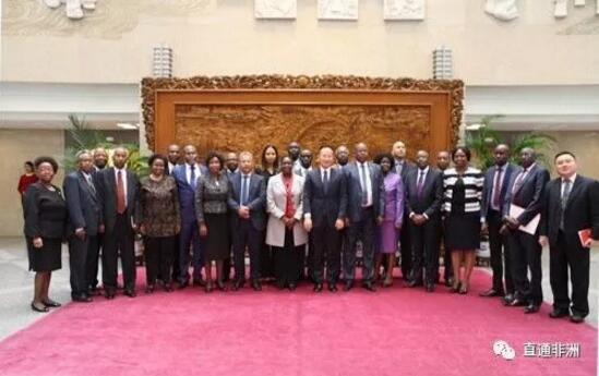 2017年10月17日,外交部部长助理陈晓东会见非洲高级外交官访华团。双方就中非关系、中非合作论坛、中非在国际和地区事务中的合作等交换了看法。    陈晓东部长助理介绍了即将召开的中国共产党第十九次全国代表大会有关情况和重大意义,代表团成员对大会表示热烈祝贺。    访华团由来自乌干达、南苏丹等19个非洲国家外交部及非盟委员会等地区组织的高级外交官组成,除北京外,还将赴浙江省考察。    文章来自:外交部网站