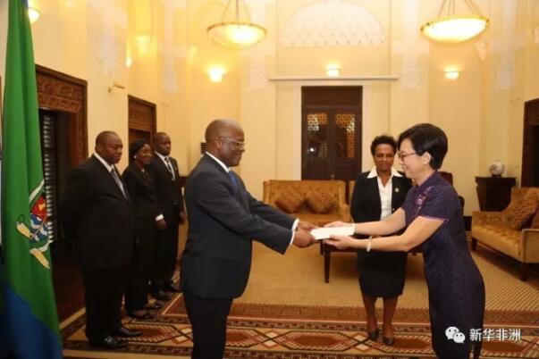 坦桑尼亚总统马古富力25日在总统府表示,坦方高度重视对华关系,对两国经贸等各领域合作寄予厚望。          10月25日,新任中国驻坦桑尼亚大使王克(右)在达累斯萨拉姆向坦总统马古富力递交国书。(坦桑尼亚总统府供图)    马古富力是在接受中国新任驻坦桑尼亚大使王克递交国书时作上述表示的。马古富力说,坦中友好交往源远流长,中国一直是坦桑尼亚最好、最信赖的朋友和伙伴,期待坦中务实合作不断取得丰硕成果。    王克表示,中坦传统友谊深厚,两国是全天候的好朋友和全方位合作的好伙伴。中方始终从战略高度和长远角度看待和发展中坦关系,愿同坦方一道全面深化两国各领域友好互利合作,更好造福两国人民。    文章来自:新华非洲