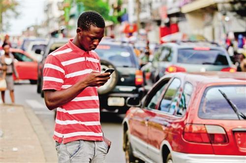 """11月8日消息,Ovum报告称,移动数据将成为非洲电信市场增长的主要推动力,非洲大陆的移动宽带连接数量将在未来五年翻一番,从2017年的4.19亿上升到2022年的10.7亿。    随着3G W-CDMA和4G LTE网络的进一步推广,以及智能手机承受能力的增强,促进了非洲移动宽带的增长。到2019年,W-CDMA将通过订阅成为非洲最大的移动技术,Ovum预测,到2022年底,非洲大陆将有8.58亿个W-CDMA连接,2022年底非洲还将有2.1亿LTE用户。    Ovum预计,非洲的第一个5G服务将于2021年推出,但最初的吸引力将是适度的,2022年底,预计在欧洲的5G订阅量将少于100万个。    非洲数据连接性的增加伴随着运营商数据收入的增长,并为新的数字业务创造了一个平台。但是它也在震动非洲的电信、媒体和技术(TMT)市场。Facebook今年早些时候表示,它在非洲有1.7亿活跃用户,这意味着它在非洲的客户数量要比非洲最大的电信运营商MTN还多,目前,MTN集团在非洲有1.65亿移动用户。    Ovum中东和非洲业务负责人Matthew Reed表示:""""非洲的数据连通性正在强劲增长,非洲大陆在数字媒体、移动金融服务和物联网等领域也有着良好的发展前景。"""" 但随着非洲TMT市场变得越来越趋于融合和复杂,服务提供商正面临越来越大的压力,他们要从通信服务提供商转变为数字服务提供商。""""    文章来自:飞象网"""