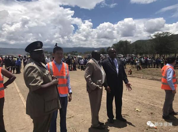 当地时间13日傍晚,由于连续大雨冲击,肯尼亚首都内罗毕通往马赛马拉国家公园的必经之路B3公路在Mai Mahiu镇附近出现大面积塌方,道路主路完全被山洪冲断,两侧深沟达十余米。          从13日晚开始,B3公路两端车流停滞,堵车长达几公里。无论是对于旅游业发家的肯尼亚来说,还是对于沿线居民,尽快抢通这条主干道路成为迫在眉睫的任务。          驻扎在附近的在中国交建内马铁路分指挥部和第四经理部于14日上午赶到现场,查看道路被毁情况。在与肯尼亚高速公路管理局取得联系后,肯方以最快的速度将一封由局长签署的抢修授权函发至中方项目部。          鉴于道路两侧的排水设施完全被毁,而目前山洪形成的深沟内水量依旧很大,中方决定采取先用巨石填充底部,使得水流能够从石头缝隙间通过,再利用填料恢复路面,保证道路能够在最快时间内恢复通行,缓解已经完全瘫痪的主干交通。          14日10点,由一台挖机、一台推土机、一台压路机、一台平地机和35辆自卸车组成的中方抢修机械车队开始了紧急施工。          石料和填料都来自附近标轨铁路项目的碎石场和取土场,内马第四项目经理部管理层和施工团队等60余人成为本次抢修的主力。经过不到10小时的抢修,B3公路又畅通了。          据悉,本次抢修作业完全是中资企业为回报社区、关爱社区而采取的志愿行为,其中石方土方等材料就预计造价接近百万人民币。    文章来自:新华非洲
